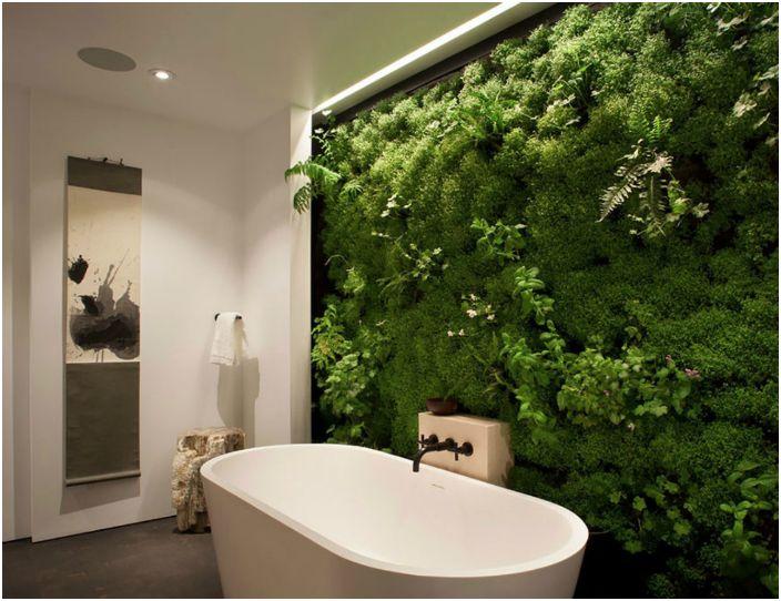 Жива стена в интериора на банята.