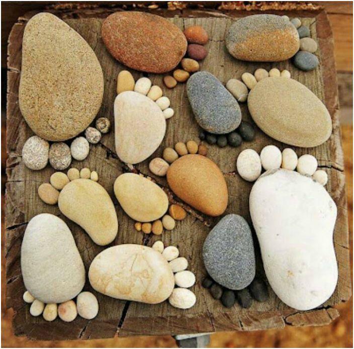 Kamienie ułożone w formie odcisków stóp staną się oryginalnymi dekoracjami ogrodowymi.