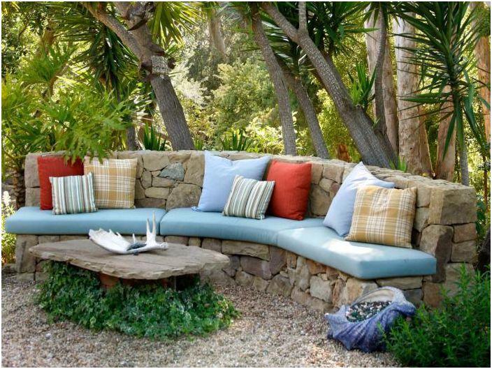 Stylowa kamienna sofa.