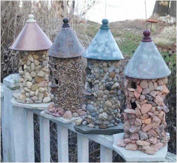 Oryginalne kamienne budki dla ptaków.