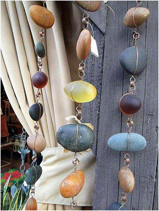 Fantastyczne girlandy z małych kamieni rzecznych i drutu.