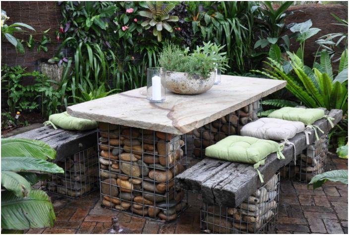 Stół i ławki gabionowe.