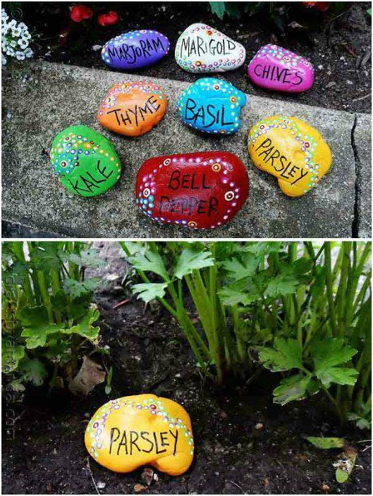 Drobne kamienie pomalowane na jasne kolory będą doskonałą ozdobą klombów i rabat ogrodowych.