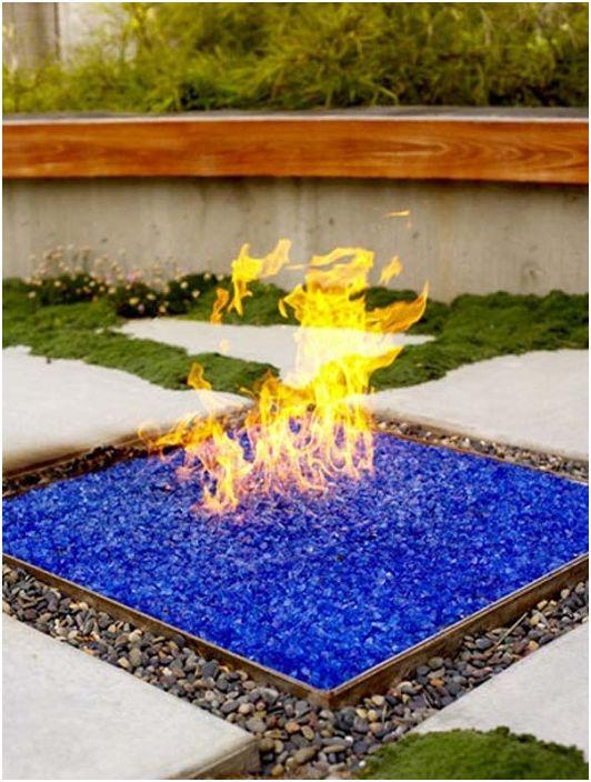 Интересен огън, украсен с цветно стъкло - изключително и красиво.