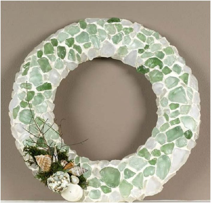 Доста венец, украсен със стъклена мозайка - прост, но много оригинален.