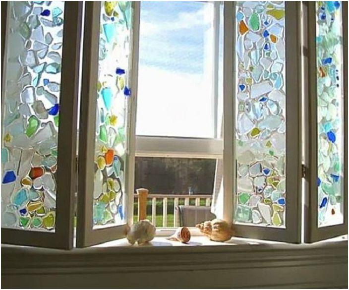 Красив прозорец с витражи ще бъде отличен елемент в интериорния дизайн на всяка стая.