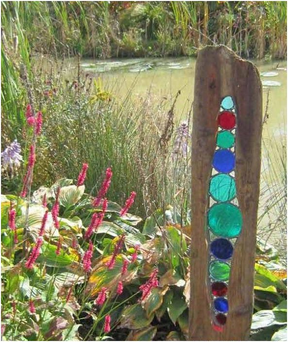 Перфектна декорация за градината, изработена от дърво и цветно стъкло. Ще бъде чудесно допълнение към цялостната среда.