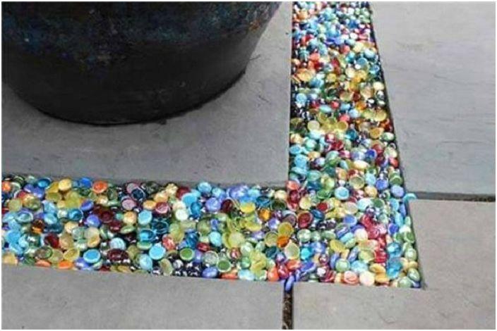 Цветното стъкло се използва за запълване на празнината между паветата, което от своя страна ги прави красиви и ярки.