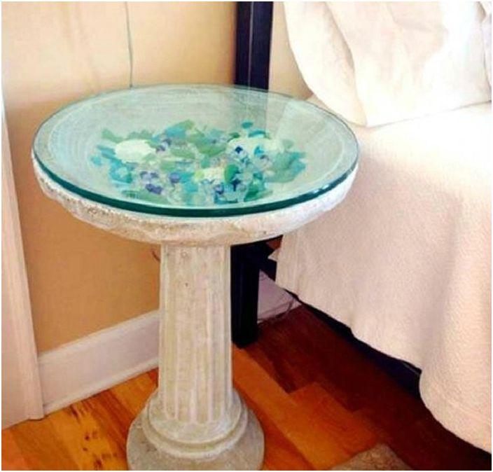 Красива декоративна маса е украсена с цветно стъкло, изглежда много необичайно и омайващо.
