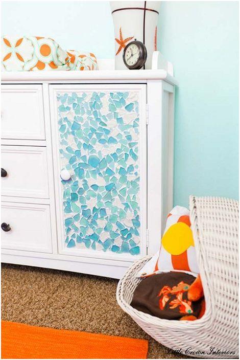 Интересен дизайн на скрин, използващ ярко и необичайно цветно стъкло.