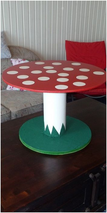Дизайн столика в виде мухомора, один из ярких примеров декора при оформлении интерьера.