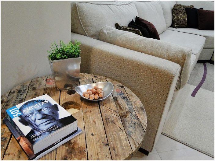 Kényelmes és barátságos sarok a szobában, érdekes kialakítású orsóasztallal díszítve.
