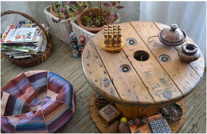 Дървената макара-макара ще украси всеки интериор на стаята, ще създаде ярка и уютна атмосфера.