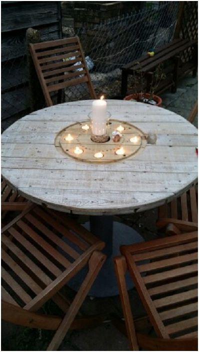 Светлая терраса со столом из катушки и удобными стульями, подойдет для проведения приятных вечеров.
