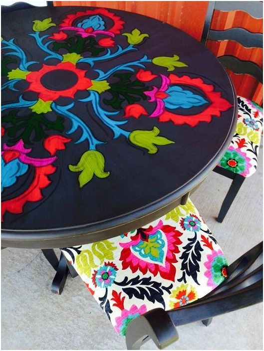 A színes, kézzel festett orsóasztal nagyon világos és színes, bármilyen belső teret díszít.