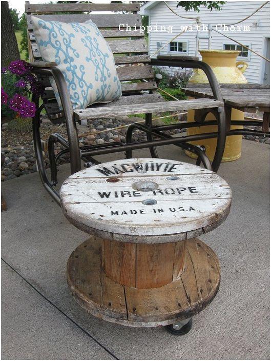 A szüreti orsóasztal kialakítás tökéletesen alkalmazható bármilyen kültéri helyiségben a ház körül.