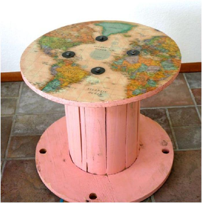 Карта на света на макара, която е пригодена за масата.