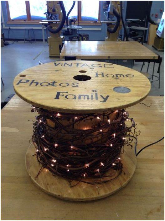 Отлична декорация на маса с празнично настроение и ярки светлини.