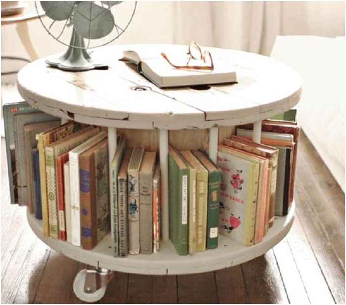 Érdekes asztaldekoráció, alul egy könyvespolc, a kényelem és a családias légkör érdekében.