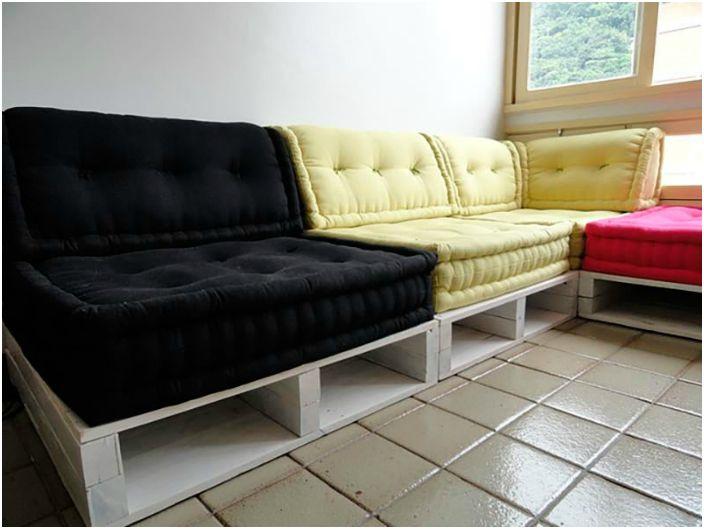 Ъглов диван, изработен от палети.
