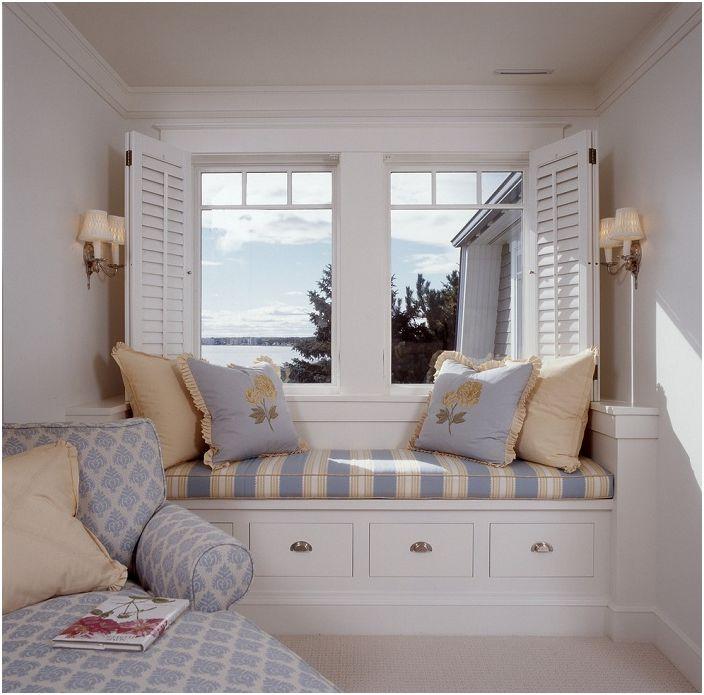 Удобен мини-диван е разположен на перваза на прозореца, а отвъд прозореца има просто великолепна гледка.