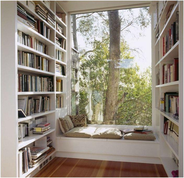 В домашната библиотека е оборудвана удобна седалка за прозорци, за да искате да четете още повече книги.