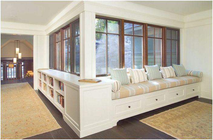 Стръмен диван близо до прозореца, особено за релакс и сърдечни разговори.