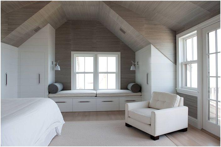 Минимализъм в интериорния дизайн със сладък диван до прозореца.
