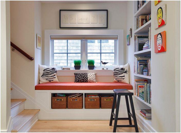 Удобен диван до прозореца, специално за четене на книги и релакс.