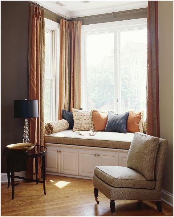 Прекрасна топла и уютна атмосфера в стая с удобен кът за сядане на перваза на прозореца.