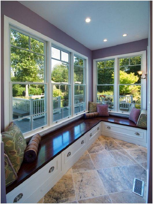 Лоджията около целия й периметър е украсена с удобна седалка на прозореца - за още по-голям комфорт.