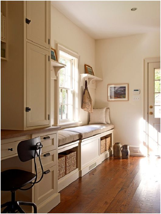 Декориране на коридора в нежни цветове с кът за сядане до прозореца, който изглежда много практичен и красив.
