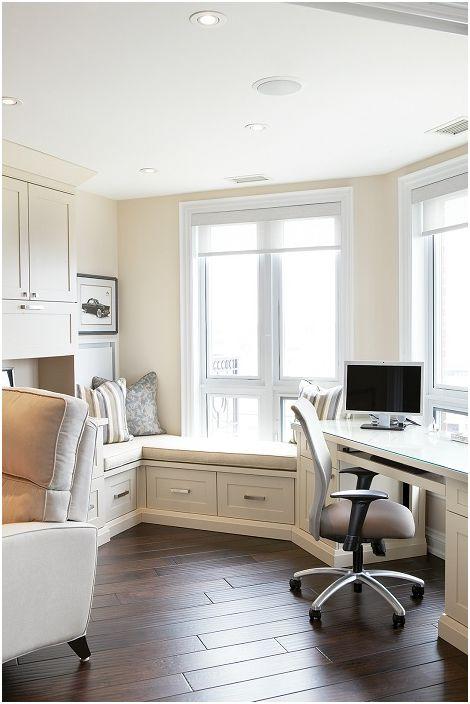 Дизайнът на стаята е в снежнобял цвят с невероятно удобен диван на перваза на прозореца.