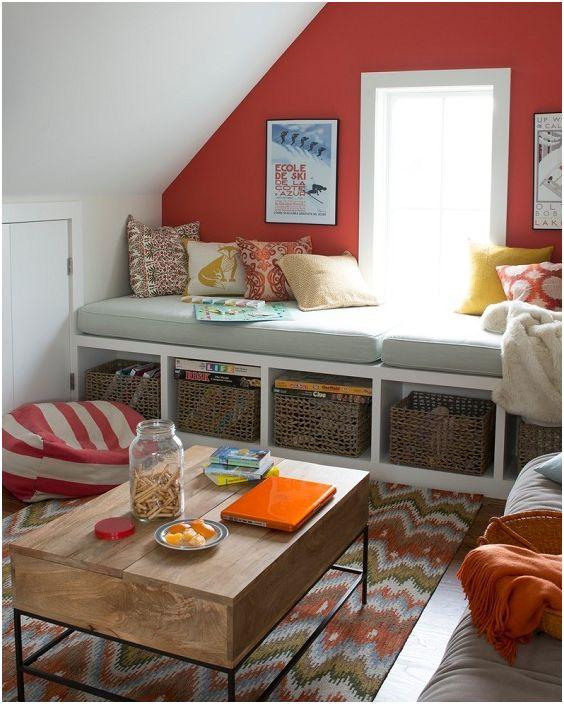 В малка, уютна всекидневна, седалката на прозореца може да замени диван или да се превърне в друга зона за сядане.
