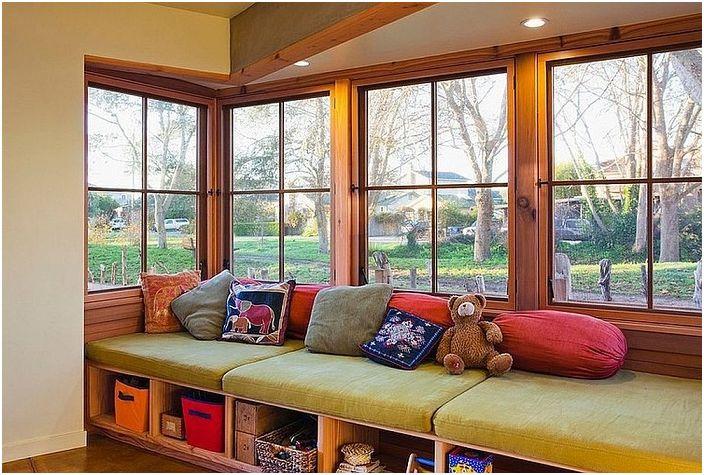 Уютната седалка на прозореца е специално оборудвана за отдих и приятни топли разговори.