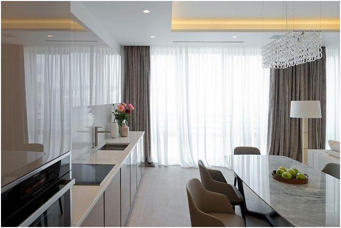 Jeśli zawiesisz długie i lekkie zasłony w oknach, znacznie zwiększy to przestrzeń pomieszczenia.