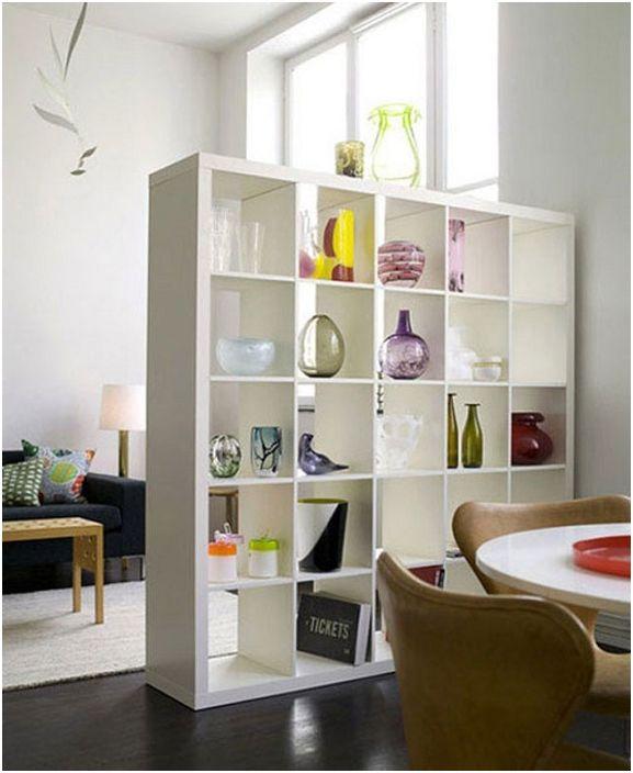 Puste półki stworzą w pomieszczeniu poczucie lekkości i komfortu.