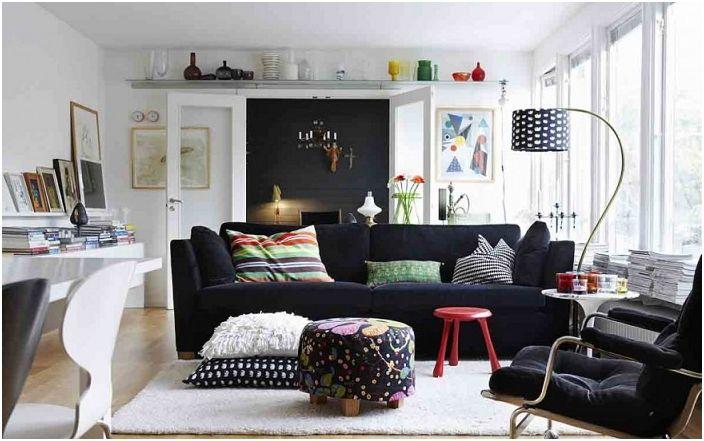 Meble przy ścianach stworzą wrażenie małego pomieszczenia.