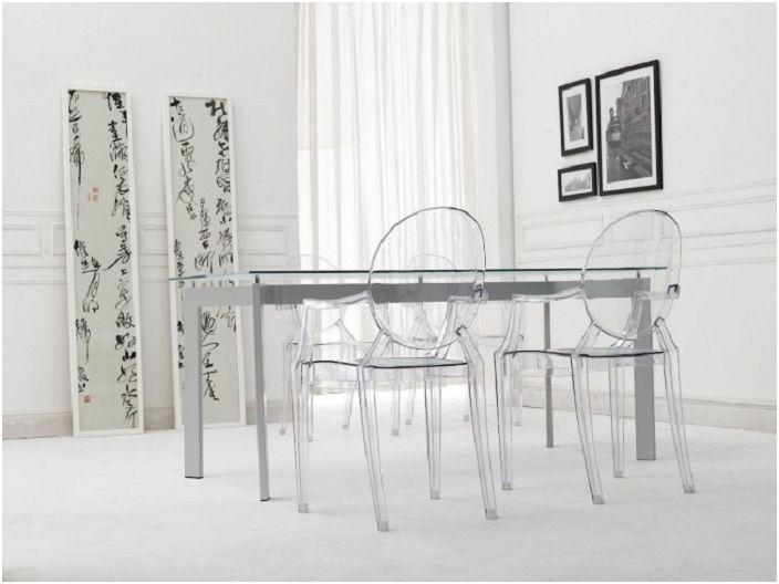 Szklany stół do jadalni i przezroczyste krzesła to świetne rozwiązanie.