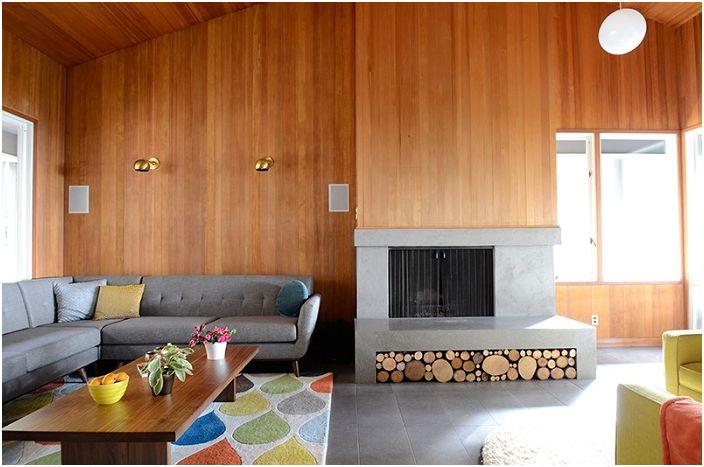 Узор на ковре в виде слезы и дрова в каминной зоне задают особенное настроение в этой комнате.