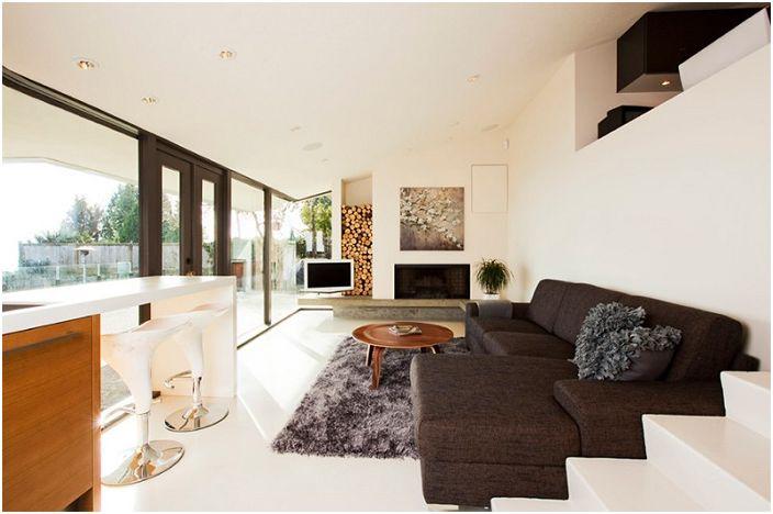 Современный дизайн гостиной с местом для хранения дров - простое и удобное решение для дизайна комнаты.