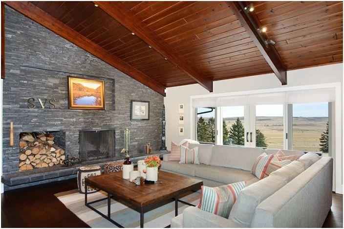 Классический вид гостиной, которая украшена деревянными элементами и каменными стенами с камином.