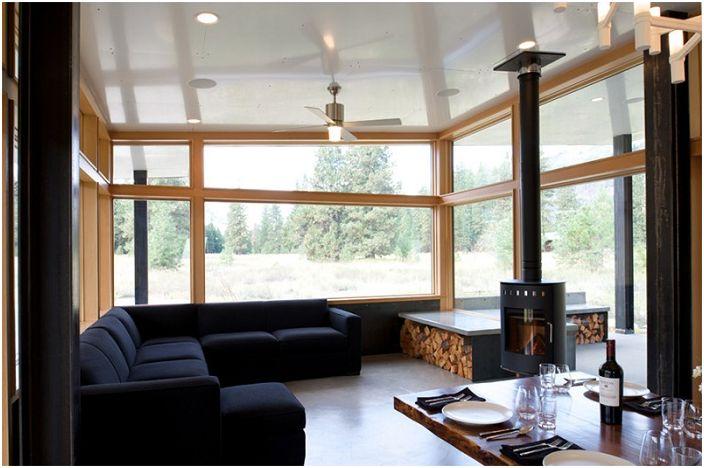 Удобное оформление камина и места для хранения дров - просто и отлично вписались в интерьер такой светлой гостиной.