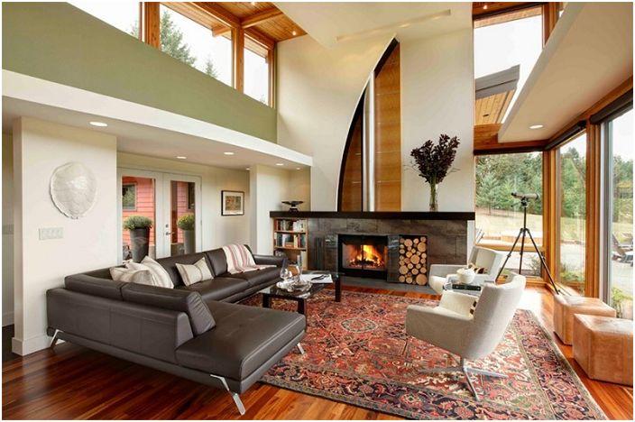 Интересный интерьер гостиной с прекрасным камином, который дополняет общую обстановку.