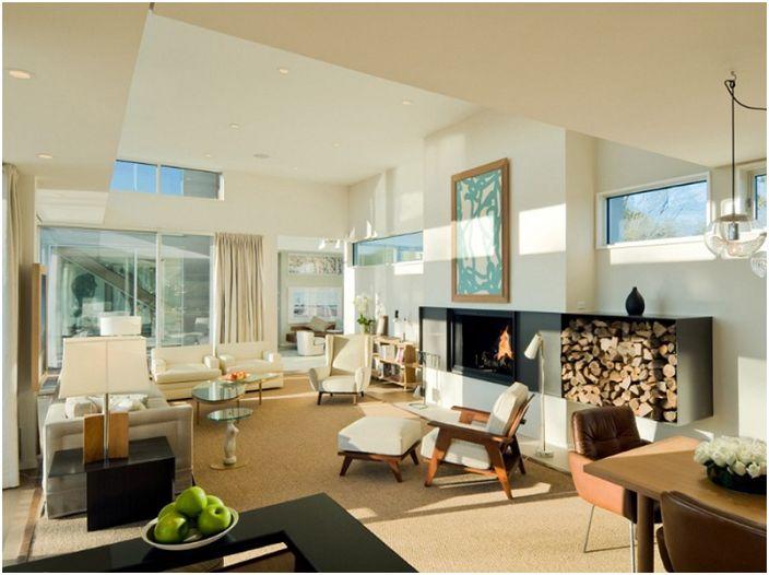 Уют и простор в этой гостиной создан благодаря камину и дровам, которые выступают декором.