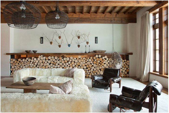 Декорированные стены выглядят очень привлекательно и необыкновенно совмещены с дровами, которые отлично подчеркивают особенности гостиной.