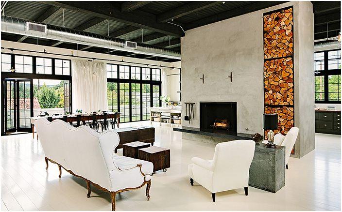 Интересный вариант оформления гостиной в промышленном современном стиле с элементами дров в декоре.