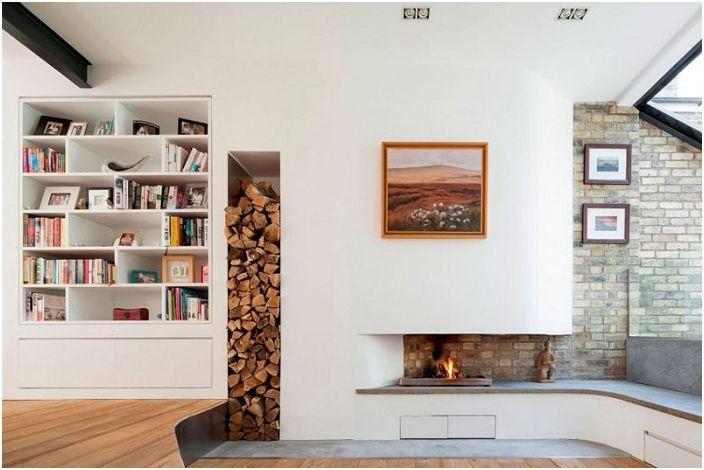 Нестандартный встроенный камин и место для хранения дров в гостиной - хорошие варианты обустройства теплой и уютной атмосферы в комнате.
