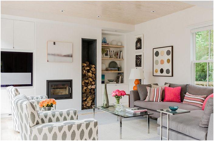 Светлая гостиная с интересными элементами декора и с встроенным камином.