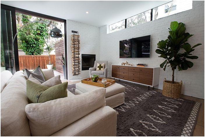 Чтобы сэкономить пространство в комнате стоит разместить стойку с дровами около самого камина.